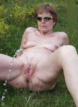 Nice mature amateur pissing pussy